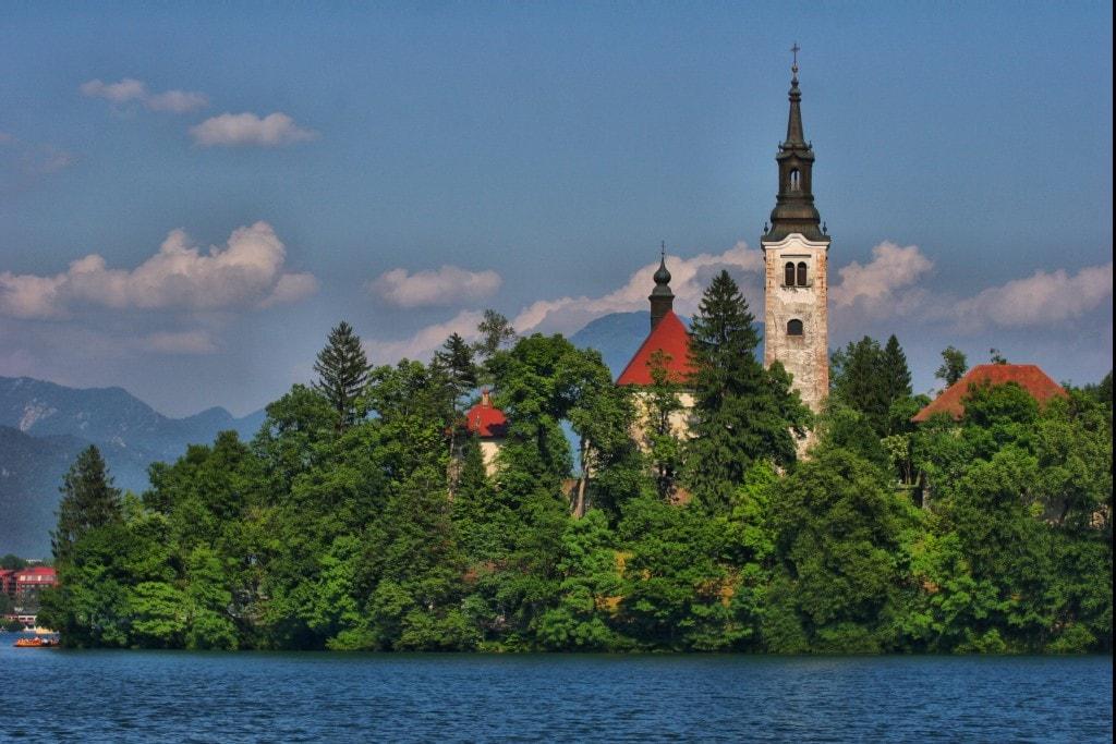 מגדלי הכנסיה על האי באגם בלד